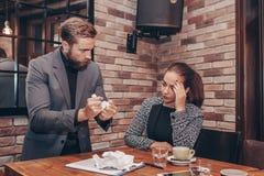 Женщина страдая от стресса из-за сердитого мужского коллеги стоковые изображения rf