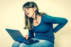 Женщина страдает от боли в спине - плохой концепции позиции Стоковое Изображение RF