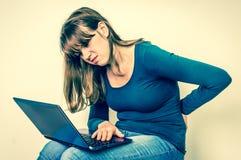 Женщина страдает от боли в спине - плохой концепции позиции Стоковые Фотографии RF