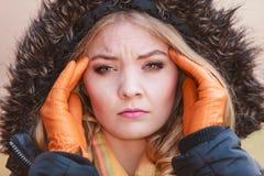 Женщина страдая от боли головной боли холодно Стоковая Фотография RF