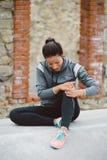 Женщина страдая тягостный ушиб колена стоковые фотографии rf