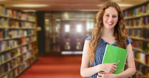 Женщина студента в библиотеке образования стоковое изображение