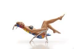 женщина стула пляжа ослабляя Стоковое Фото