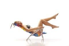 женщина стула пляжа ослабляя Стоковая Фотография