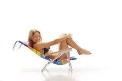 женщина стула пляжа ослабляя Стоковое фото RF
