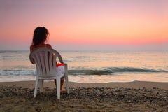 женщина стула пляжа пластичная сидя Стоковое Изображение RF
