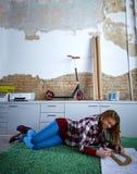 Женщина студента архитектора на домашней работе на ковре Стоковые Фото