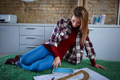 Женщина студента архитектора на домашней работе на ковре Стоковые Фотографии RF