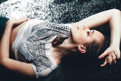 женщина студии предпосылки aqua черная лежа сексуальная Стоковые Фотографии RF