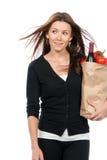 женщина супермаркета покупкы бумаги удерживания мешка Стоковые Изображения