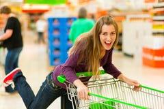 женщина супермаркета покупкы тележки стоковое фото rf
