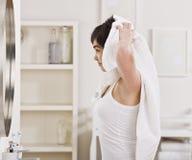 женщина суша волос Стоковые Фотографии RF