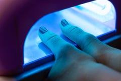 Женщина суша маникюр процесс создания конца-вверх рук маникюра позаботьте ноготь ногтя хлопка извлекая политуру пробирки стоковые фото