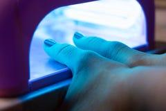 Женщина суша маникюр процесс создания конца-вверх рук маникюра позаботьте ноготь ногтя хлопка извлекая политуру пробирки стоковые изображения rf