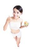 Женщина счастливая ест салат с хорошим жестом Стоковые Фотографии RF