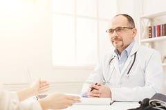 Женщина счастливого доктора советуя с в больнице Стоковое фото RF