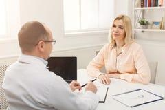 Женщина счастливого доктора советуя с в больнице Стоковое Изображение RF