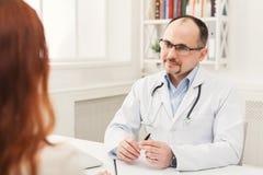 Женщина счастливого доктора советуя с в больнице Стоковая Фотография