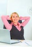 женщина счастливого офиса дела ослабляя Стоковое Изображение RF