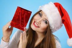 Женщина счастливого рождеств получая подарки стоковые изображения rf