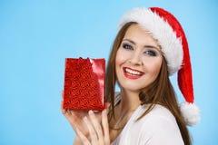 Женщина счастливого рождеств получая подарки стоковая фотография