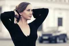 Женщина счастливой моды красивая в черной блузке идя в st города Стоковое Фото