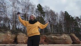 Женщина счастливой молодой моды пристрастившийся делая спорт на пляж видеоматериал