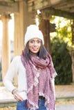Женщина счастья с шарфом и шляпа сохраняют телефон в карманн стоковое фото