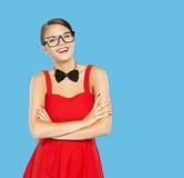 Женщина счастливая в смешных винтажных стеклах и бабочке o Стоковое Изображение