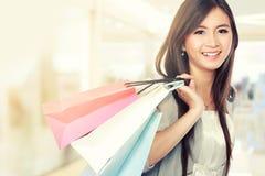 Женщина счастливая с хозяйственными сумками Стоковые Изображения RF