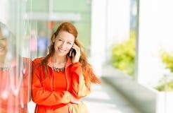женщина счастливого мобильного телефона говоря Стоковая Фотография