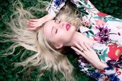 женщина счастливого молодого blondie европейская на стоковое фото
