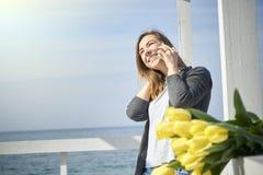 женщина счастливого телефона говоря стоковые изображения rf