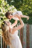 женщина счастливой природы ребенка отдыхая Стоковые Фото