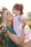 женщина счастливой природы ребенка отдыхая Стоковое Фото