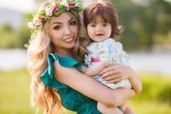 женщина счастливой природы ребенка отдыхая Стоковая Фотография RF
