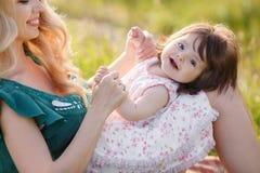 женщина счастливой природы ребенка отдыхая Стоковые Изображения RF