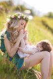 женщина счастливой природы ребенка отдыхая Стоковая Фотография