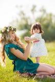 женщина счастливой природы ребенка отдыхая Стоковое Изображение