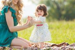 женщина счастливой природы ребенка отдыхая Стоковые Изображения