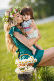 женщина счастливой природы ребенка отдыхая Стоковое фото RF