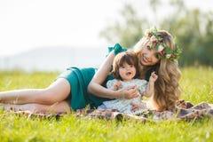 женщина счастливой природы ребенка отдыхая Стоковое Изображение RF