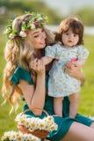женщина счастливой природы ребенка отдыхая Стоковые Фотографии RF