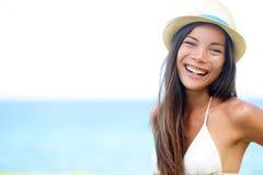 Женщина - счастливый радостный портрет девушки лета пляжа Стоковое Фото