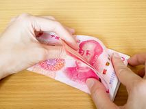 Женщина считая стог денег 100 банкнот юаней стоковое изображение rf