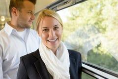 Женщина ся в фокусе человека поезда селективном стоковые изображения