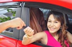 Женщина с автомобилем Стоковое Изображение