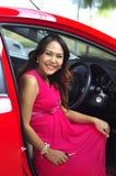 Женщина с автомобилем стоковое изображение rf