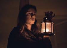 Женщина с лампой Стоковое Изображение