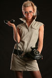 Женщина с античным телефоном стоковая фотография